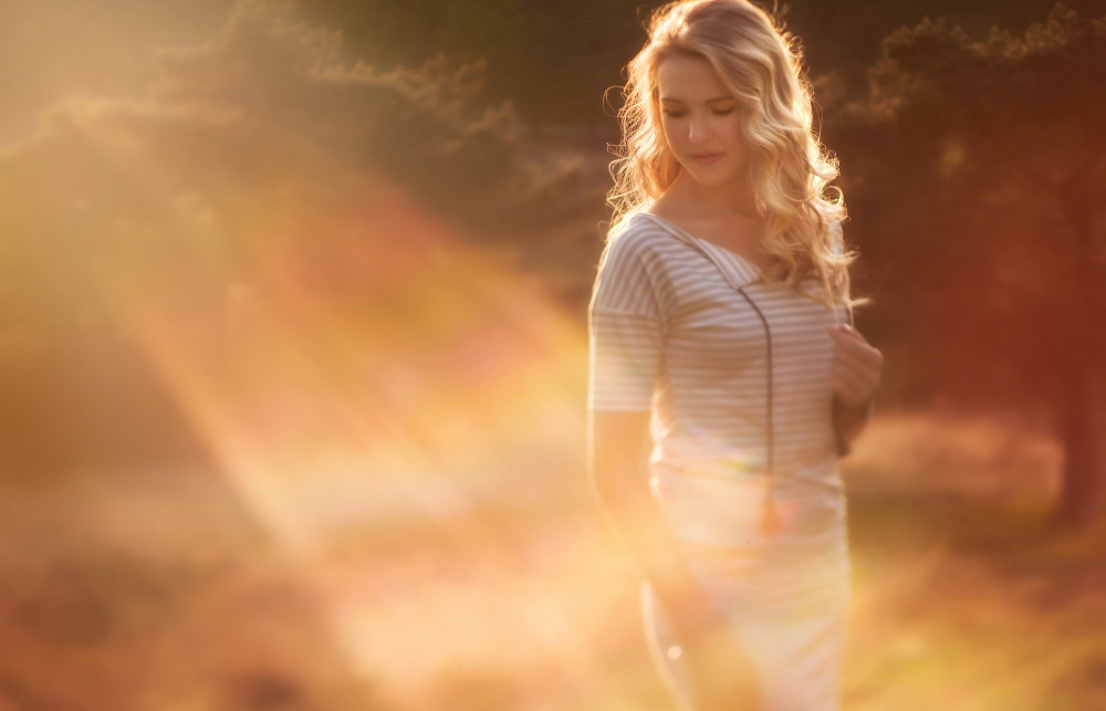 Fuji Xpro2 Lensbaby Edge 80 image of a woman in the golden hour by Willie Kers