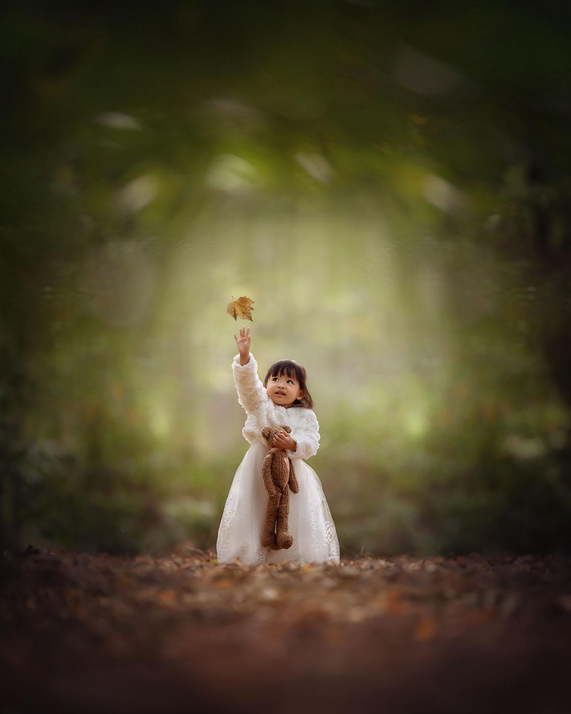 Foto van een meisje in het bos gemaakt voor de opleiding natuurlijk licht fotograaf van Willie Kers uit Apeldoorn