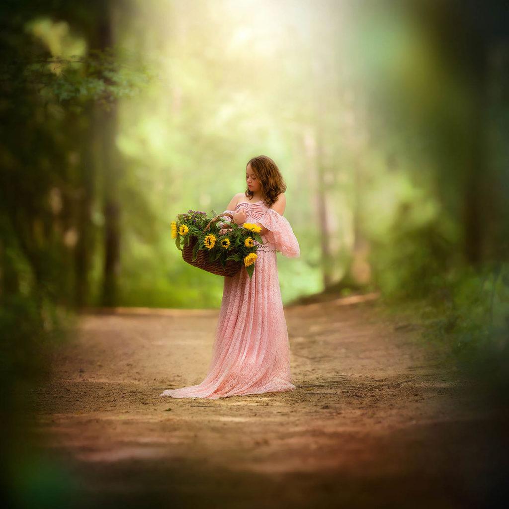 Canon dromerige foto van een meisje in een roze jurk met zonnebloemen gemaakt tijdens de opleiding natuurlijk licht fotograaf door Willie Kers uit Apeldoorn