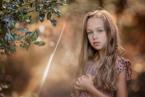 Canon EOS R6 fine art Herfst portret van een blond meisje met blauwe ogen door natuurlijk licht fotograaf Willie Kers